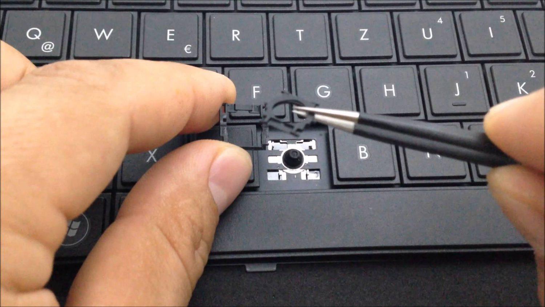 Laptop toetsenbord in elkaar aan het zetten